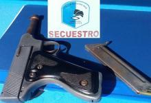 Como resultado de los allanamientos se secuestró un arma, cocaína y marihuana, entre otros elementos vinculados con el narcomenudeo.