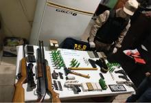Además de las armas, se detuvieron a dos personas de 27 y 39 años.