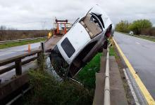 Un auto chocó el guardarrail en ruta 12 y quedó sobre la baranda del puente