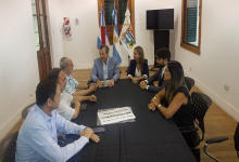 Bahl junto a funcionarios municipales y dirigentes de la DAIA