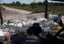 Desconocidos arrojaron unos cien envases de agrotóxicos en el ingreso al basural de Pueblo General Belgrano. La denuncia se radicó en la Fiscalía y se espera que la Municipalidad aporte las filmaciones de las cámaras de video vigilancia para dar con los responsables.
