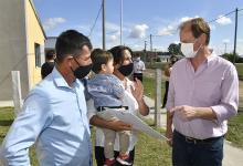 """En La Criolla el gobernador entregó viviendas y en contacto con la prensa aseveró que """"la permanencia durante las aulas está asegurada para que no haya contagios. Las estadísticas marcan que han sido mínimos""""."""