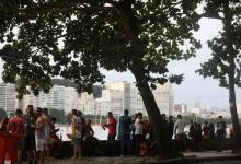 Gente bebiendo en un bar de Río de Janeiro