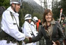 Patricia Bullrich con gendarmes