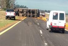 camión volcado en Autovía 14