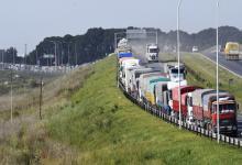 Camiones en el ingreso al puerto de Rosario
