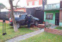La Saveiro había subido a la vereda e impactó contra un árbol y el muro con ladrillos a la vista y rejas de la vivienda.