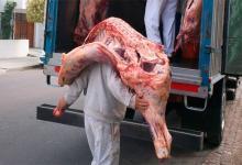 """Trabajadores de la carne ya no podrán descargar medias reses """"al hombro"""""""