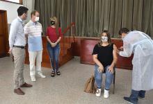 El gobernador, junto a la ministra de Salud, Sonia Velázquez, y el presidente del Consejo General de Educación, Martín Müller, acompañó a los docentes este sábado.
