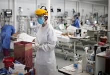 Personal médico realiza controles a pacientes con Covid-19 en una unidad de terapia intensiva en un hospital de la provincia de Buenos Aires.