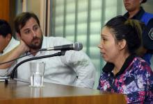 El abogado Patricio Cozzi junto a su defendida, Yanina Lescano