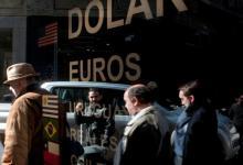 Alta demanda de dólares, una constante de las últimas semanas. Para mañana, los bancos reforzaron la liquidez en toda su red e incluso algunas entidades consideran extender el horario de atención al público.