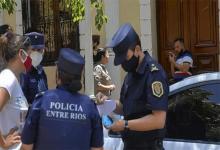 Dolores Etchevehere estuvo acompañada por sus abogados, integrantes de Proyecto Artigas, la policía, un oficial de Justicia y un cerrajero.
