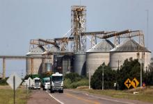 Camiones salen de un silo en Ceres, Provincia de Santa Fe. La región pampeana sería la más favorecida por una mayor movilidad y mejores precios de sus productos.