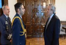 El edecán Diego Bravo Reta junto a Alberto Fernández