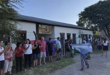 La comunidad educativa de la Escuela Pablo Haedo de Gualeguaychú realizó ayer un abrazo simbólico para protestar por el deterioro de su infraestructura y la ausencia del Estado provincial. (Fotos Ricardo Santellán).