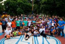 Parte del plantel de Estudiantes de Concordia visitó una Escuelita de Básquet