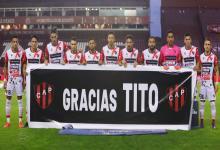 """En la previa del partido, los jugadores de Patronato recordaron a Miguel """"Tito"""" Hollmann"""