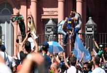 Fanáticos trepan a las vallas de la Casa Rosada.
