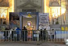 """Con la imagen del santo en el atrio del santuario de Liniers, los peregrinos se acercan para pedir y agradecer. Monseñor Ares rogó por """"una cultura del trabajo donde aprendamos unos de otros""""."""