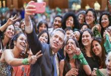 Alberto Fernández con militantes pro aborto