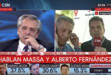 Alberto Fernández en comunicación con Massa durante el domingo electoral
