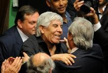 Alberto Fernández se abraza con Hugo Moyano
