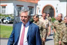 Alberto Fernández junto a jefes militares