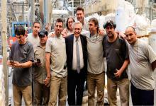Fernández con trabajadores