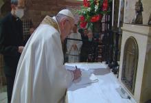 """Sobre la tumba del """"Poverello"""" de Asís, el Papa Francisco firmó su tercera encíclica sobre la fraternidad humana."""
