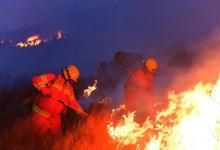 El frente del incendio continúa siendo de ocho kilómetros y el fuego ahora avanza hacia Villa Giardino.