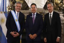 Alberto Fernández, Hamilton Mourao, vicepresidente de Brasil y el canciller Felipe Solá en la ceremonia de asunción en la Casa Rosada.