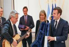 Al país le haría muchísimo mejor una buena foto de Macri con Cristina firmando acuerdos, más que una de Tío Alberto con Macron tocando la guitarra.