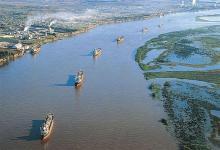 En la Argentina, la vía de navegación es gestionada por el Gobierno nacional junto a las provincias de Buenos Aires, Chaco, Corrientes, Entre Ríos, Formosa, Misiones y Santa Fe.