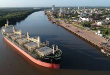 Hidrovía barco en el puerto