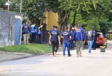 La policía trabaja en el lugar para registrar indicios del posible autor del homicidio (Foto Diario Uno de Paraná).