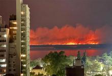 Imagen de archivo de los incendios en la zona de islas. Ahora, el ambiente se volvió irrespirable entre la noche del jueves y el mediodía del viernes por el humo proveniente de esos incendios.