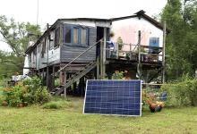 La empresa de Energía además de instalar los equipos, capacita a las familias sobre el correcto uso de los electrodomésticos con energías renovables.