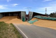 Volcó un camión que transportaba cáscaras de arroz y provocó una larga fila de vehículos