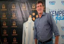 Tras 42 años, Mario Kempes se reencontró con su camiseta campeona del mundo