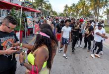 Jóvenes caminan por las calles de Miami