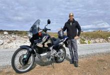 Una moto de diseño atractivo expone el absurdo de una frontera inexistente. Foto gentileza diario La Gaceta.