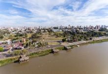 Ciudad de Paraná aérea desde el río