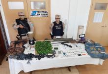 Además de plantas de marihuana, se secuestraron armas, entre la que se destaca, un lanzacohetes anti-tanque.