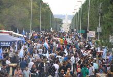 """Imagen de archivo de una de las movilizaciones al """"Abrazo del río Uruguay"""" que todos los años organiza la Asamblea Ciudadana Ambiental para protestar por la presencia contaminante de la pastera UPM (Botnia)."""