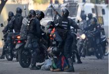 La Guardia Nacional Bolivariana reprimiendo a manifestantes en una marcha en Venezuela