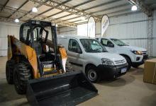 Las dos camionetas y el minicargador son parte de la inversión que recibió la Municipalidad de San José a través del programa Municipios de Pie.