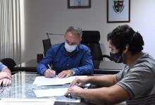 El intendente Darío Schneider junto Santiago Wasinger, socio gerente de la empresa
