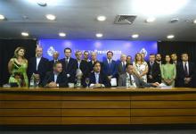 El gabinete en pleno y la presidenta del Congreso de Intendentes rodearon al presidente uruguayo Lacalle Pou cuando anunció las medidas por el coronavirus.
