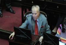 Carlos Menem en su banca en el Senado, donde tenía mandato hasta el 2023.